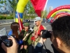 Et par medlemmer af befrielsesfronten bliver interviewet af pressen)