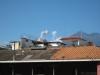 Der kommer et gylp fra vulkanen, set inde fra byen Antigua