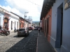 En gade med brolægning i Antigua