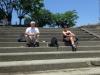 Bjarne og Anette nyder en øl på trappen ned til en af floderne i Yatsushiro