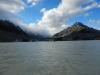 PÅ Sydøen i en glaciersø med glacieren i baggrunden