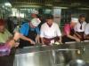 Og her er der et par fra vores hold der laver kinesisk mad godt instrueret af et par lærlinge