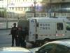 Bevæbnet pengetransport ud for vores hotel